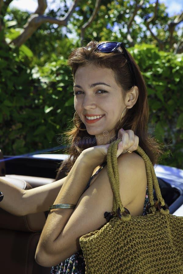 Mulher com seu convertible novo foto de stock