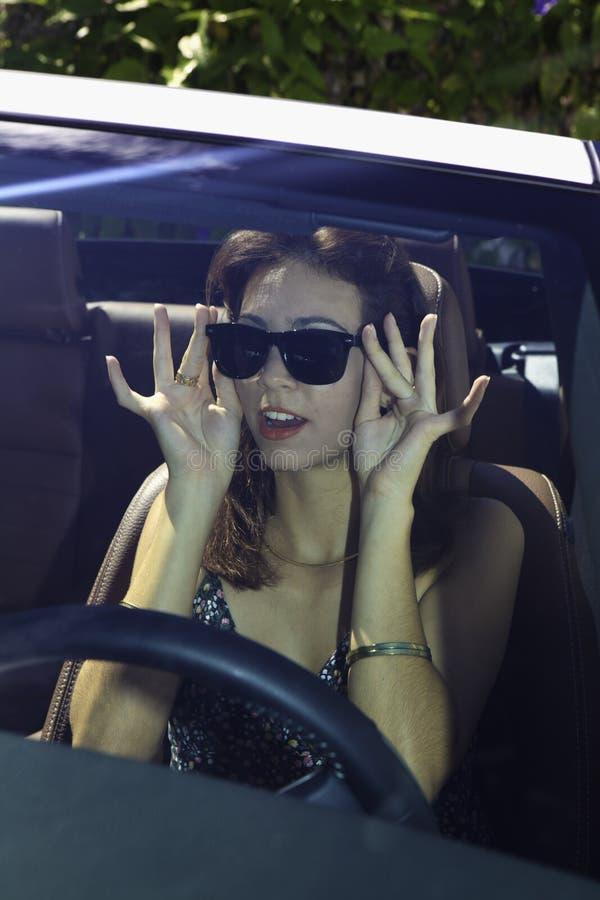 Mulher com seu convertible novo fotografia de stock royalty free