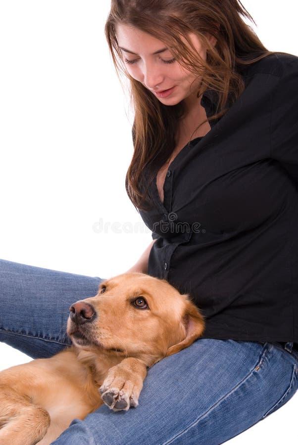 Mulher com seu Retriever dourado. fotos de stock royalty free
