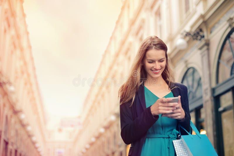 Mulher com seu telefone imagem de stock royalty free