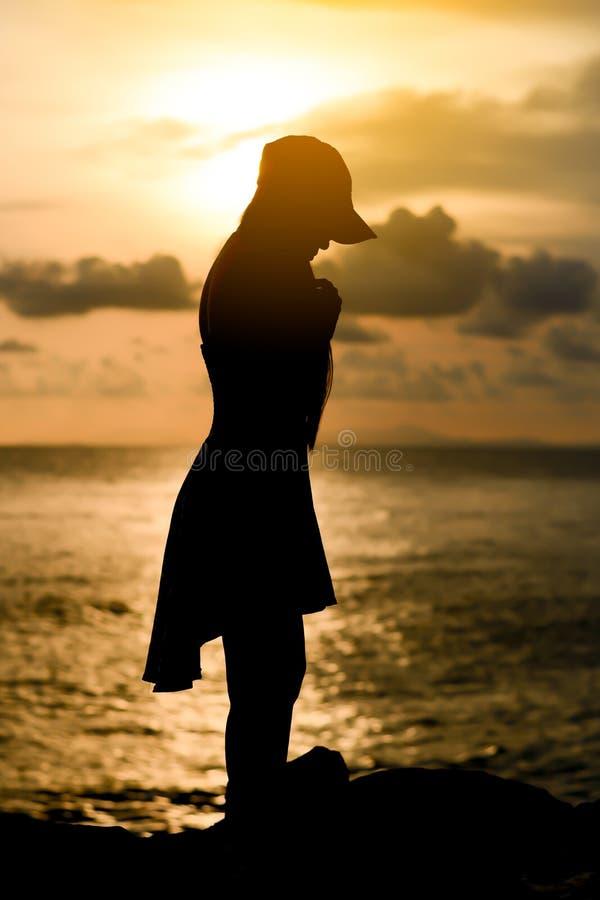 Mulher com silhueta do por do sol fotos de stock royalty free