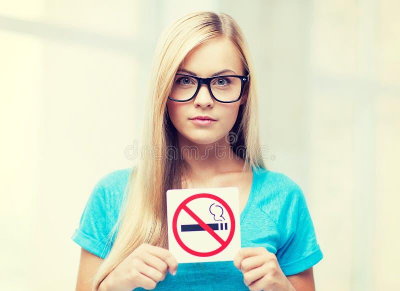 Mulher com sinal de fumo da limitação fotos de stock