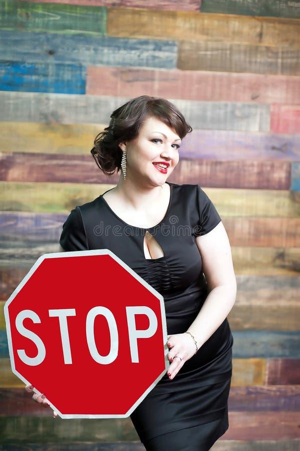 Mulher com sinal de tráfego fotos de stock royalty free