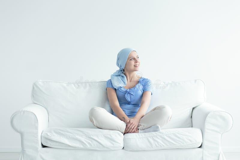 Mulher com sorriso do câncer foto de stock