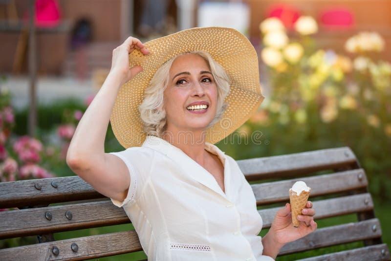 Mulher com sorriso do gelado fotos de stock royalty free