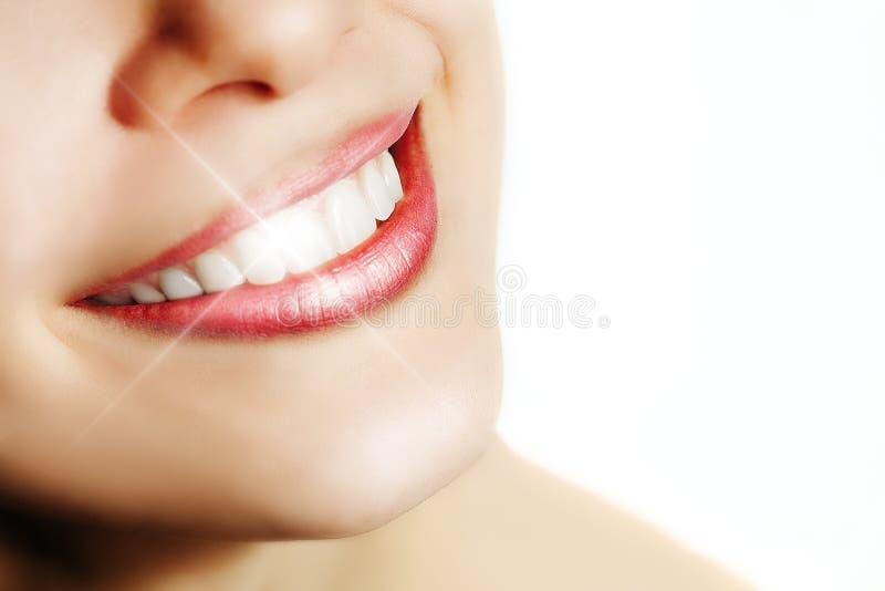 Mulher com sorriso perfeito e os dentes brancos fotografia de stock