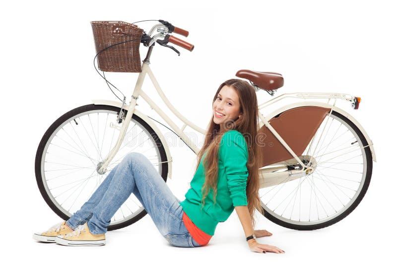 Mulher com sua bicicleta fotos de stock royalty free