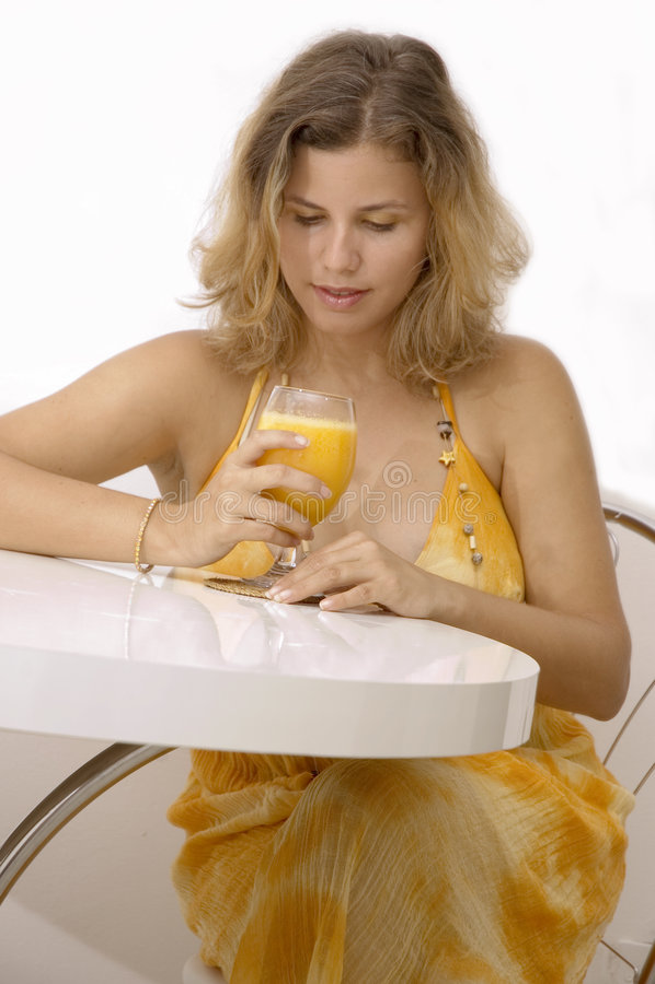 Mulher com sumo de laranja imagens de stock