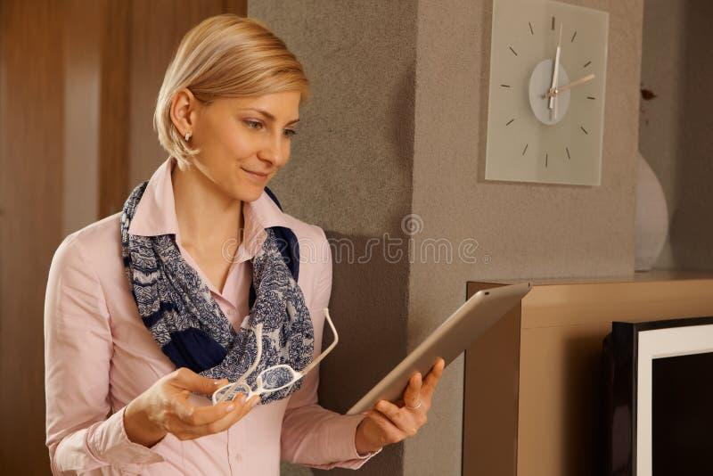 Mulher com tabuleta imagem de stock