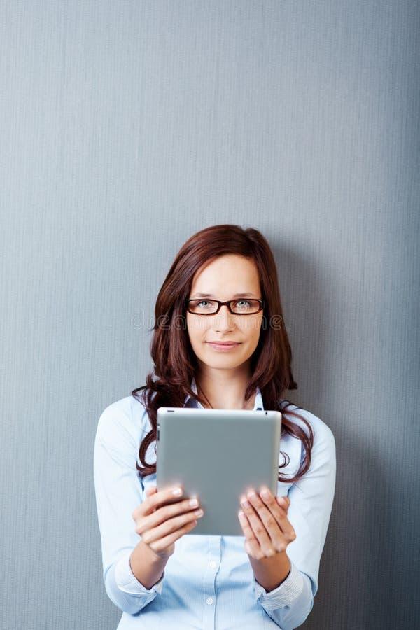 Mulher com tabuleta digital imagens de stock