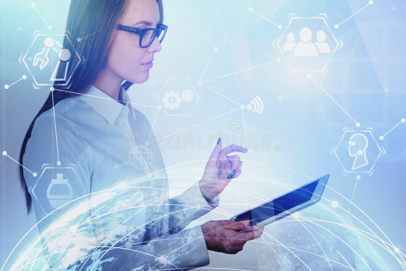 Mulher com tabuleta, relação virtual global imagem de stock
