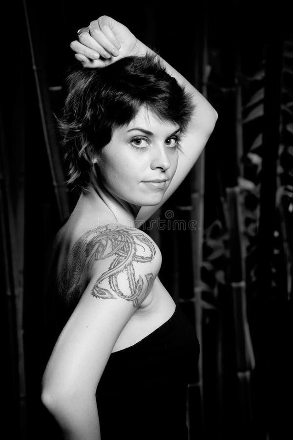 Mulher com tatuagem foto de stock
