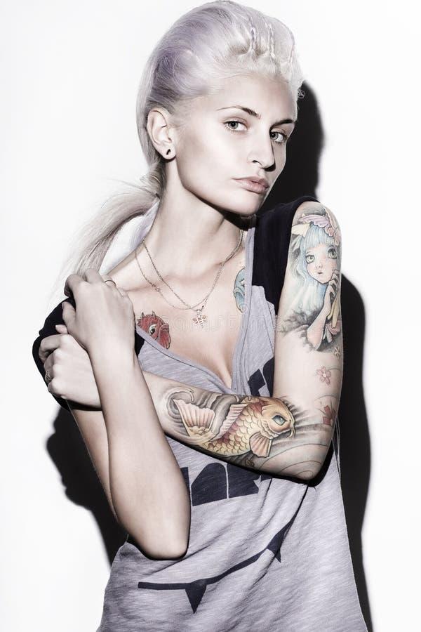 Mulher com tatuagem da cor fotos de stock royalty free