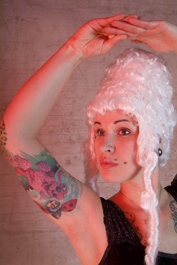 Mulher com tatuagem e peruke foto de stock royalty free