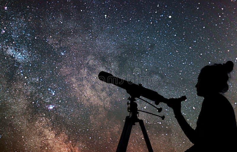 Mulher com telescópio que olha as estrelas Mulher da fantasia e ni imagens de stock