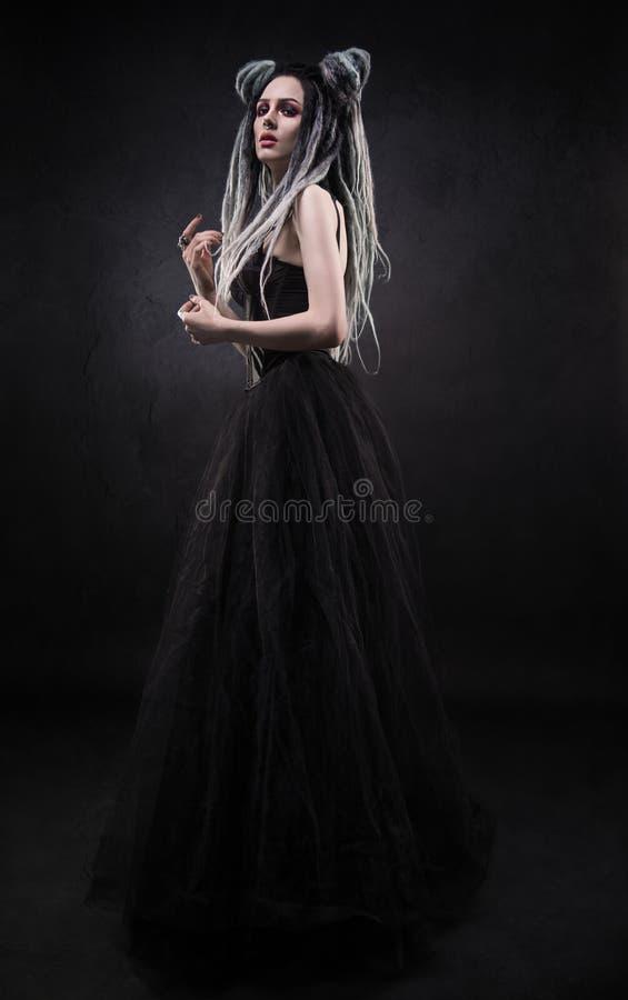 A mulher com teme e vestido gótico preto imagem de stock royalty free