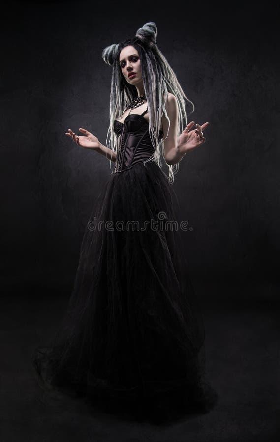 A mulher com teme e vestido gótico preto fotos de stock