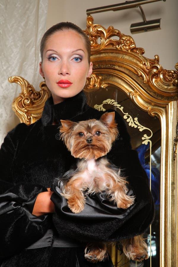Mulher com terrier de yorkshire fotografia de stock