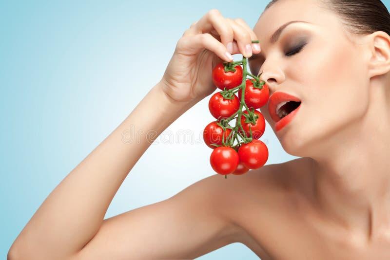 Mulher com tomates fotografia de stock