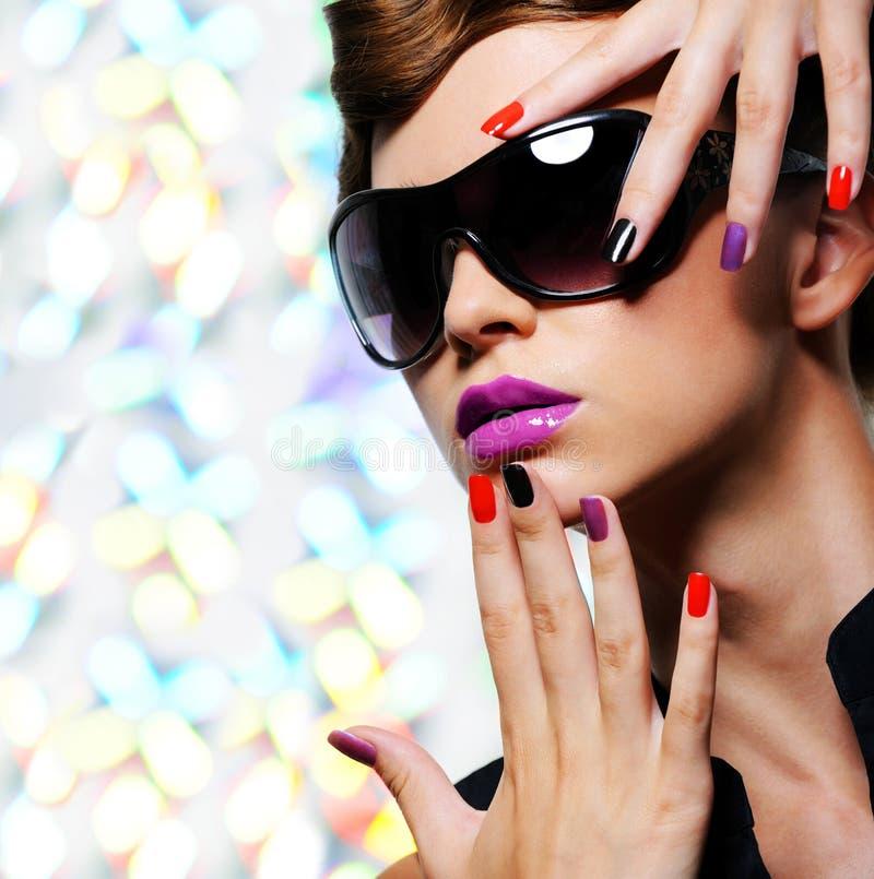 Mulher com tratamento de mãos da fôrma e os óculos de sol pretos foto de stock