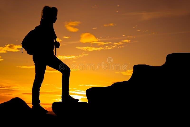 Mulher com a trouxa que corre sobre a montanha fotos de stock royalty free