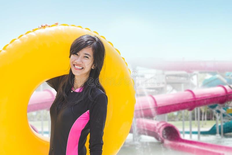 Mulher com tubo inflável em uma associação fotografia de stock royalty free