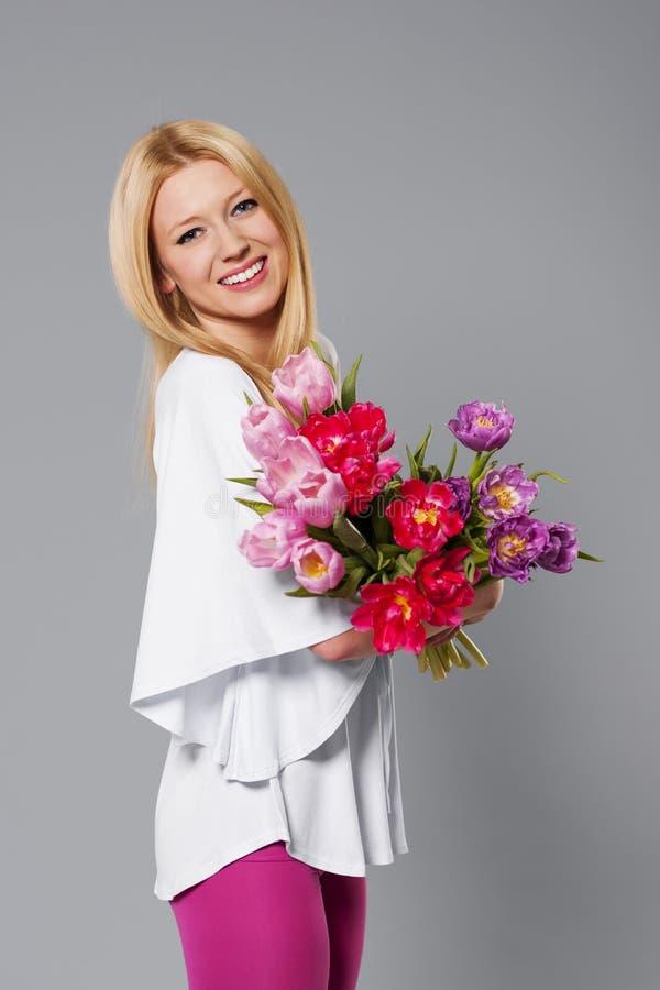 Mulher com tulipas foto de stock royalty free