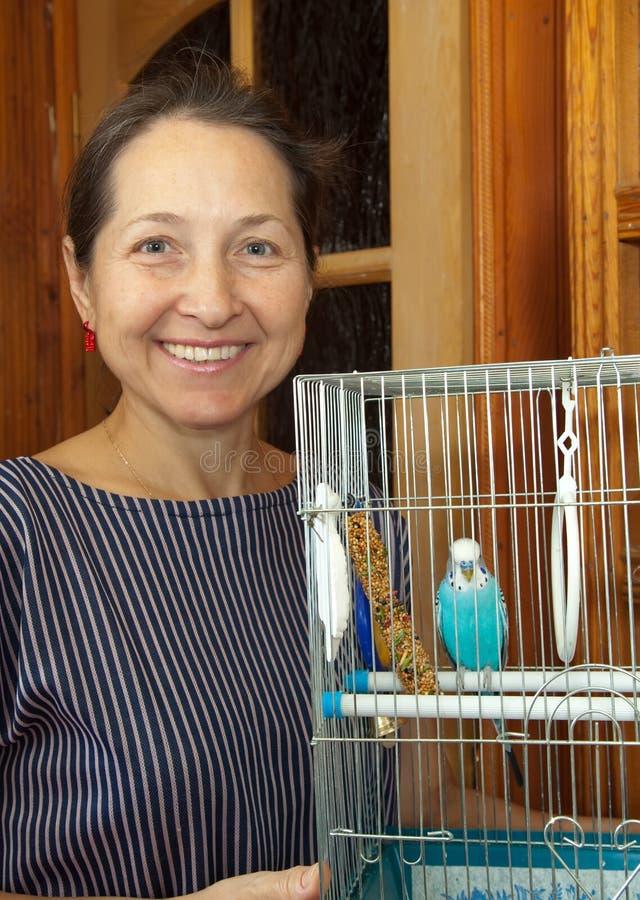 Mulher com um animal de estimação em uma gaiola foto de stock royalty free