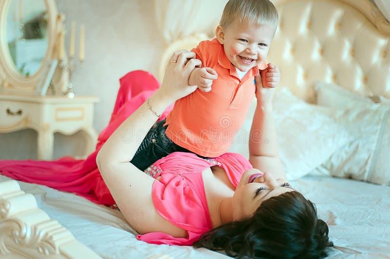Mulher com um bebê na cama imagem de stock royalty free