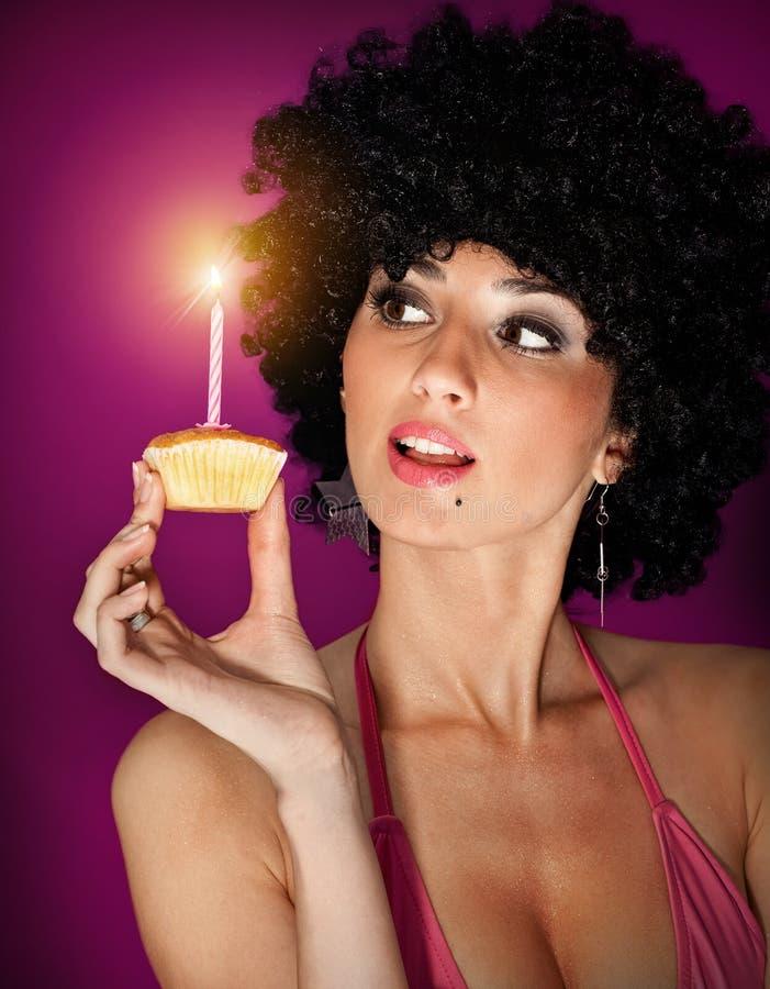 Mulher com um bolo de aniversário pequeno foto de stock royalty free