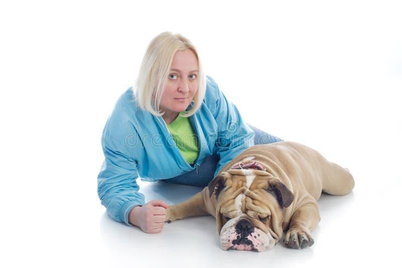 Mulher com um buldogue do inglês do cão   fotos de stock