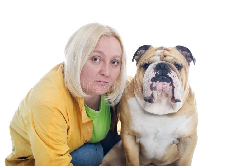 Mulher com um buldogue inglês do cão isolado imagem de stock royalty free