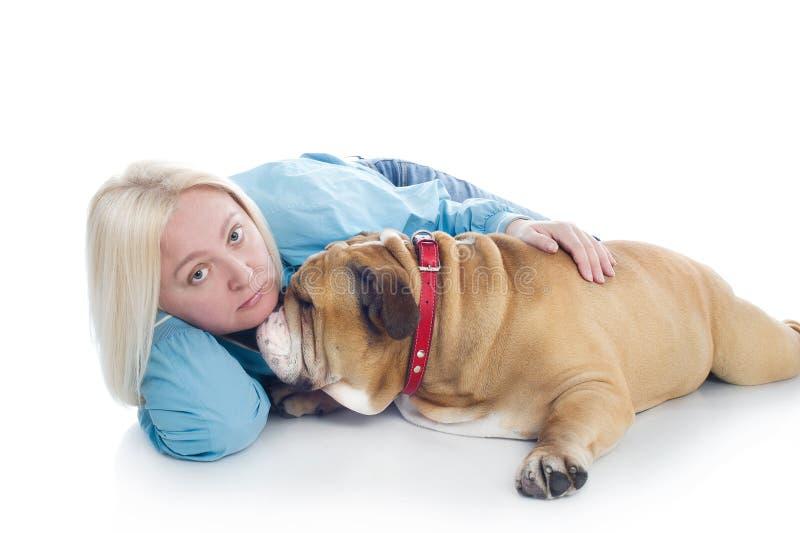 Mulher com um buldogue inglês do cão isolado foto de stock