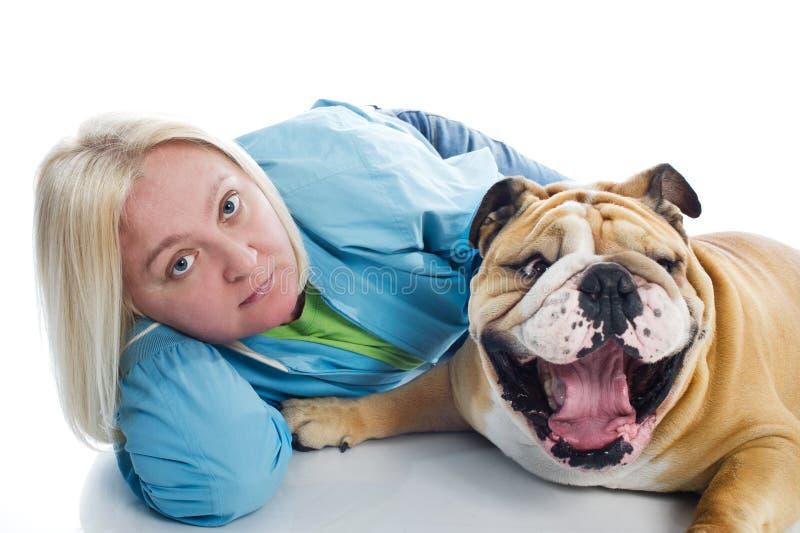 Mulher com um buldogue inglês do cão isolado fotos de stock royalty free
