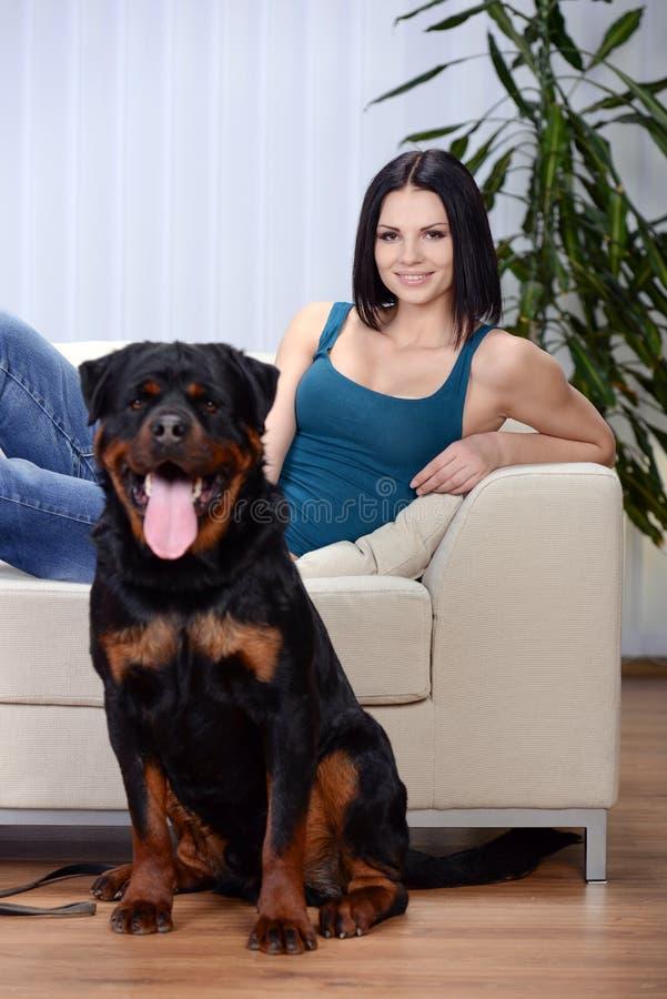 Mulher com um cão de Rottweiler imagem de stock royalty free