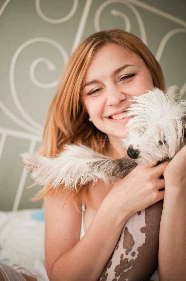 Mulher com um cão pequeno bonito fotos de stock