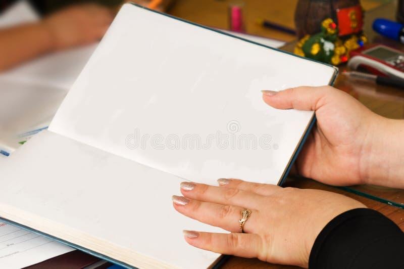 A mulher com um caderno. fotos de stock