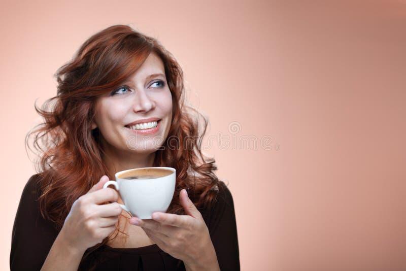 Mulher com um café aromático foto de stock