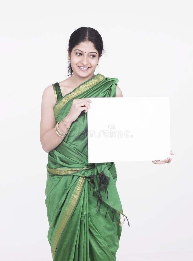 Mulher com um cartaz branco fotografia de stock royalty free