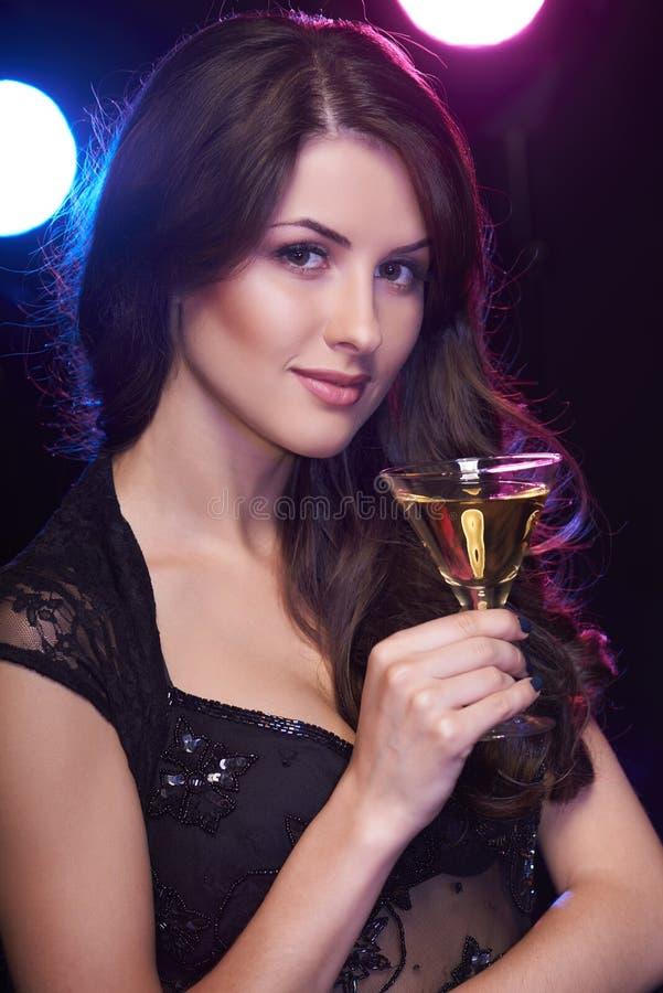 Mulher com um cocktail imagem de stock royalty free