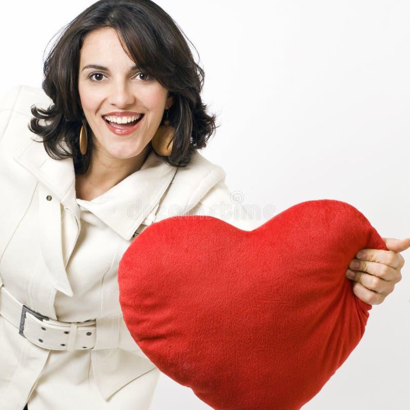 Mulher com um coração vermelho grande foto de stock