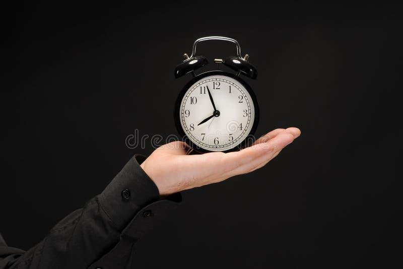 Mulher com um despertador em uma mão. fotos de stock royalty free