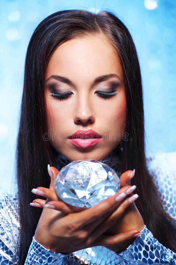 mulher com um diamante imagens de stock royalty free
