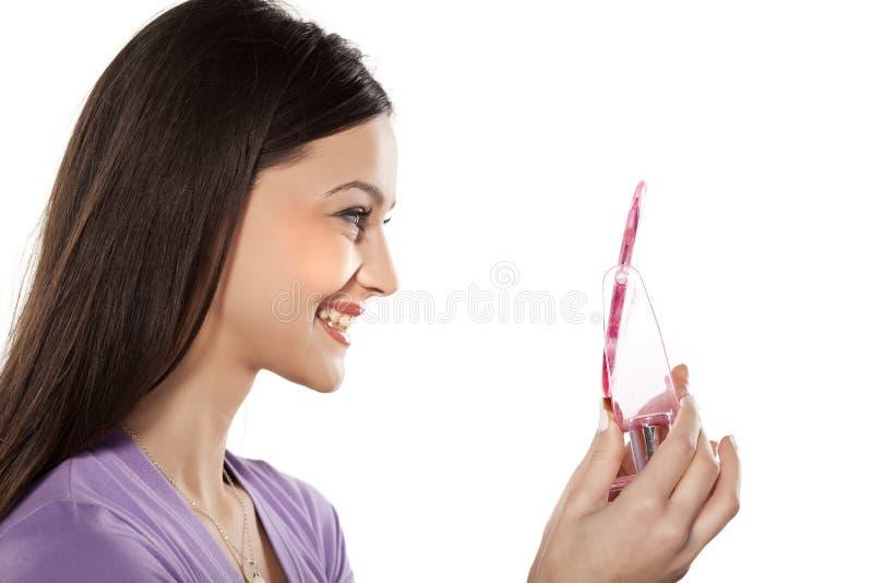 Mulher com um espelho imagens de stock