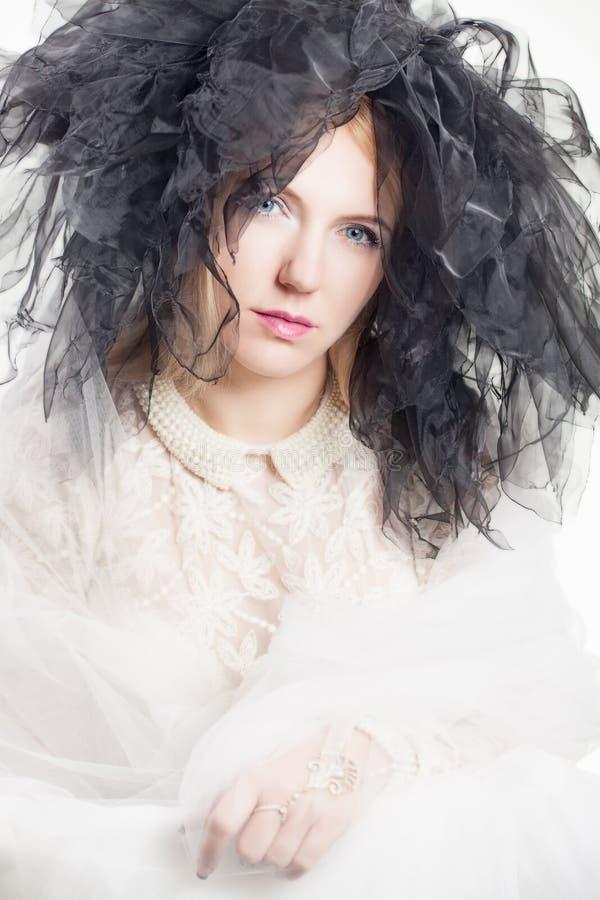 Download Mulher Com Um Headpiece De Tulle Imagem de Stock - Imagem de retrato, glamour: 29835217