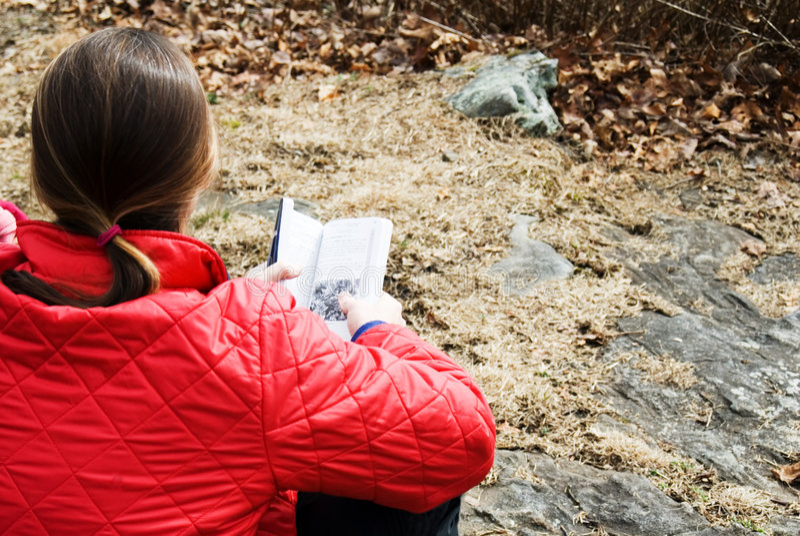 Mulher com um livro ao ar livre. imagem de stock royalty free
