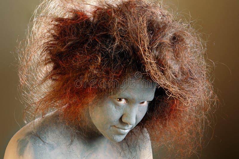 Mulher com um ninho no cabelo foto de stock royalty free