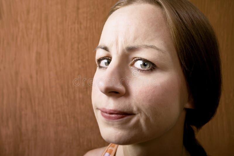 Mulher com um olhar suspeito fotografia de stock