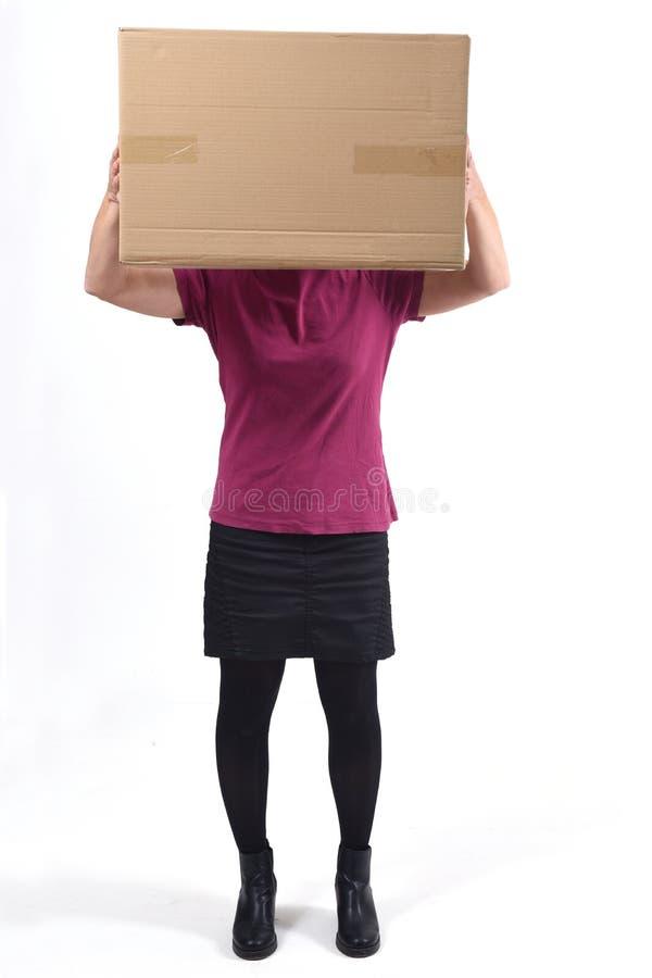 Mulher com um pacote na frente de sua cara fotografia de stock royalty free