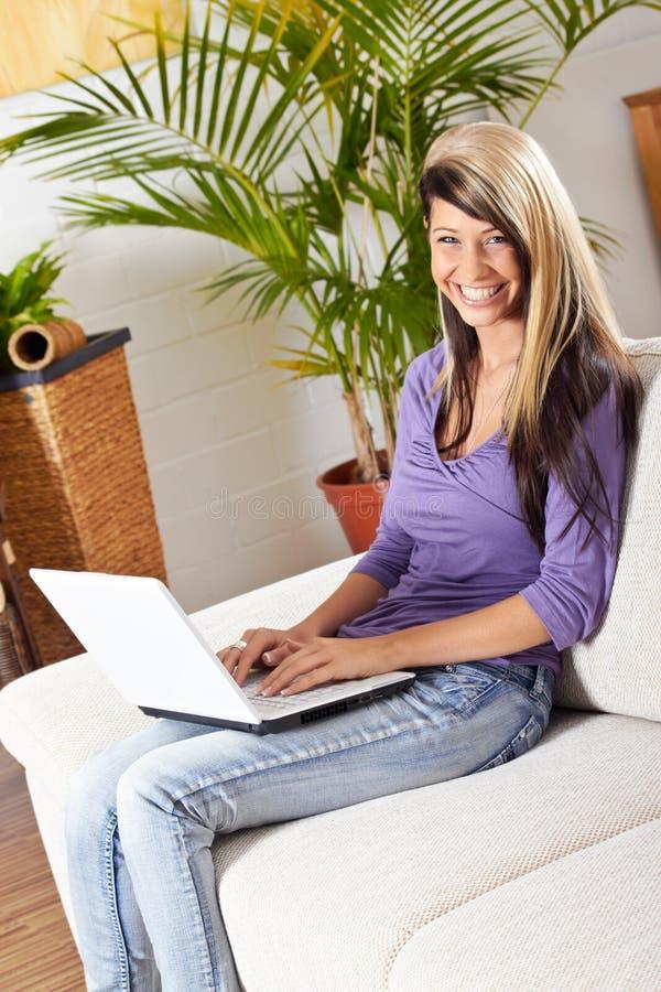 Mulher com um portátil fotografia de stock royalty free